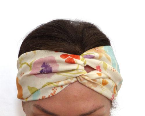 Bandeau à cheveux japonais, en double gaze de coton. Motif de fleurs pastels sur fond écru. Style croisé / turban