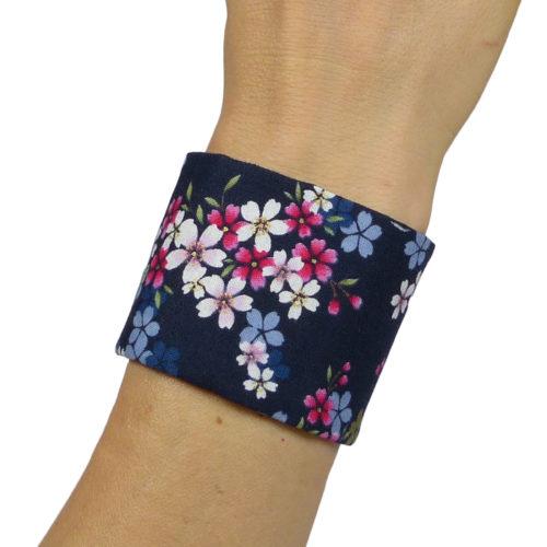 Bracelet large / manchette bleu, fleurs de cerisiers